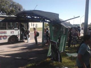 Colectivo urbano chocó a una joven en la UNRC.
