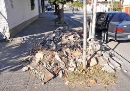"""Vecinos reclaman limpieza de escombros de obras municipales por ser """"cosa pública""""."""