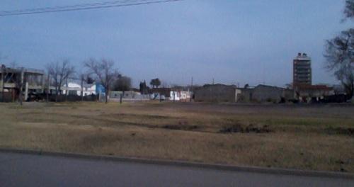 """""""Una playa de estacionamiento de automóviles y los dividendos para alguna institución local""""."""