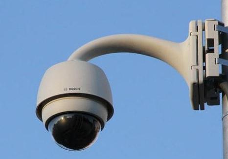 UCR busca identificar a responsables de la quita de carteles por medio de cámara de seguridad.