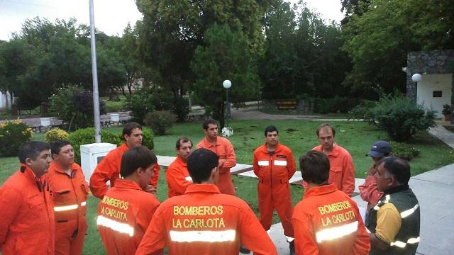 Bomberos de La Carlota y región en la zona de Río Ceballos