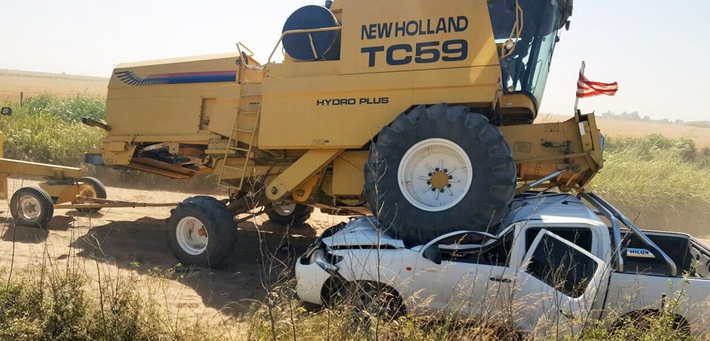 Accidente entre una cosechadora y una Pick Up en zona rural de Etruria