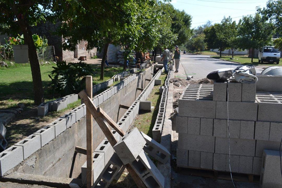 Construyen muros de contención en desagues pluviales en calle Los Ranqueles