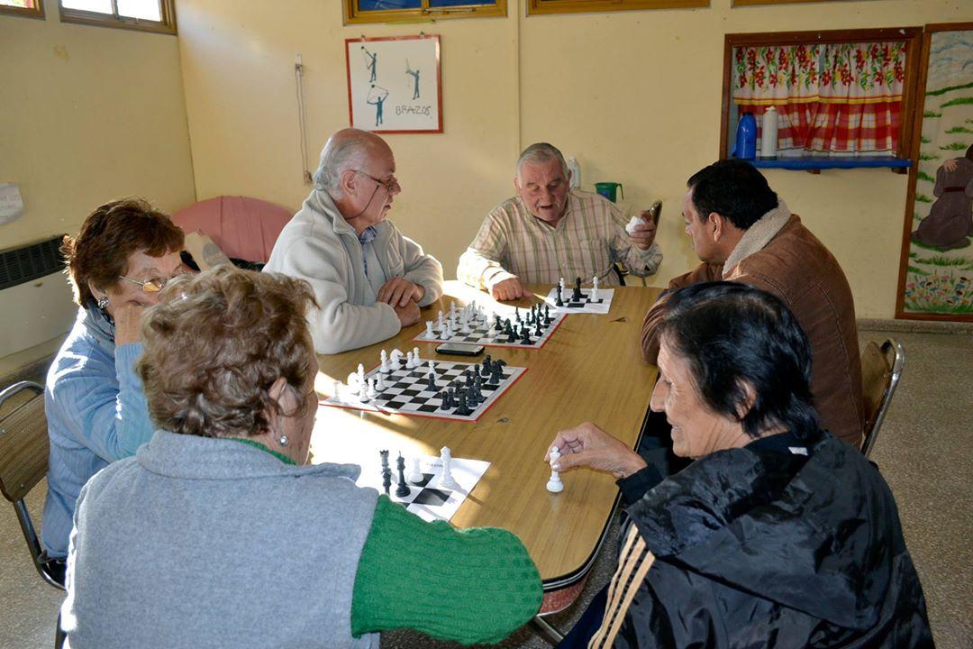 Abuelos y abuelas aprenden jugando al ajedrez