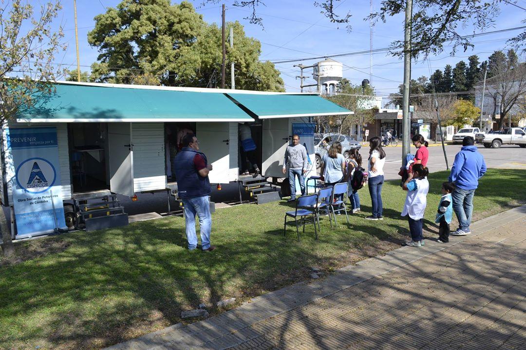 El consultorio móvil de Ospecor está atendiendo en La Carlota