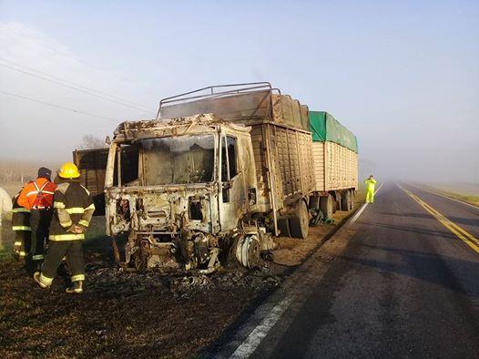 En cercanías de Canals se incendió un camión cargado de maní