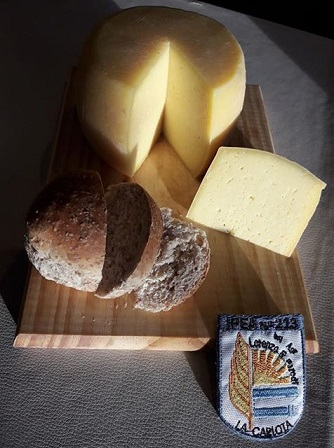 Alumnos de I.P.E.A Nº213 venden productos de su huerta y quesos artesanales