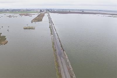 En Arias, la lluvia vuelve a poner en vilo a la ruta 8 y una fábrica