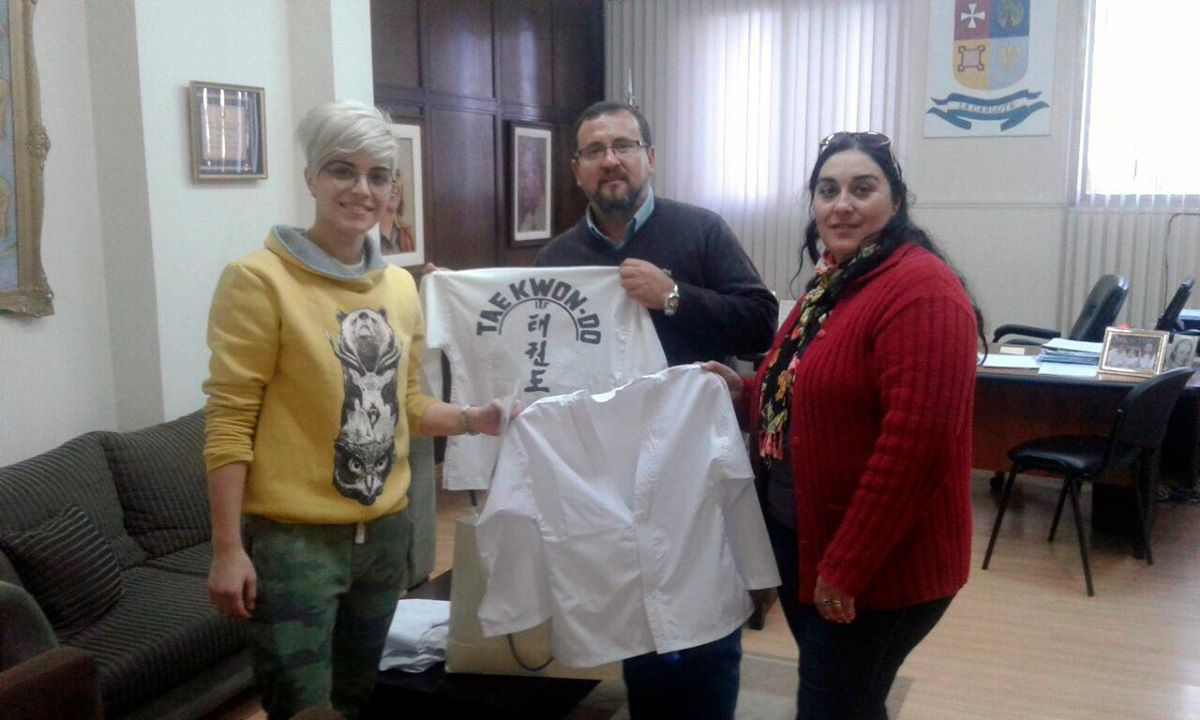 Escuela de taekwondo recibió indumentaria