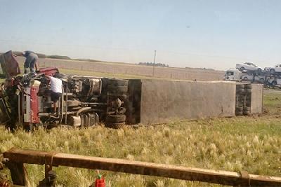 Un camión colisionó y volcó cerca de Mackenna