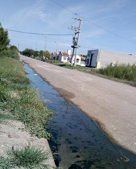 Aguas residuales en calle 11 de diciembre