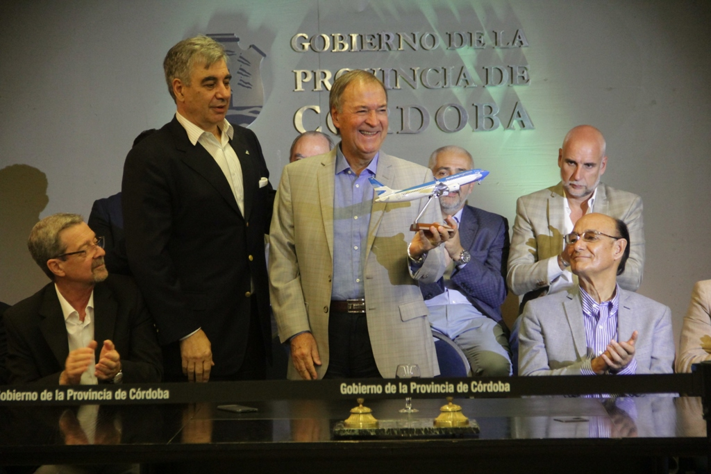 La Provincia y Aerolíneas firman acuerdo para potenciar la conectividad