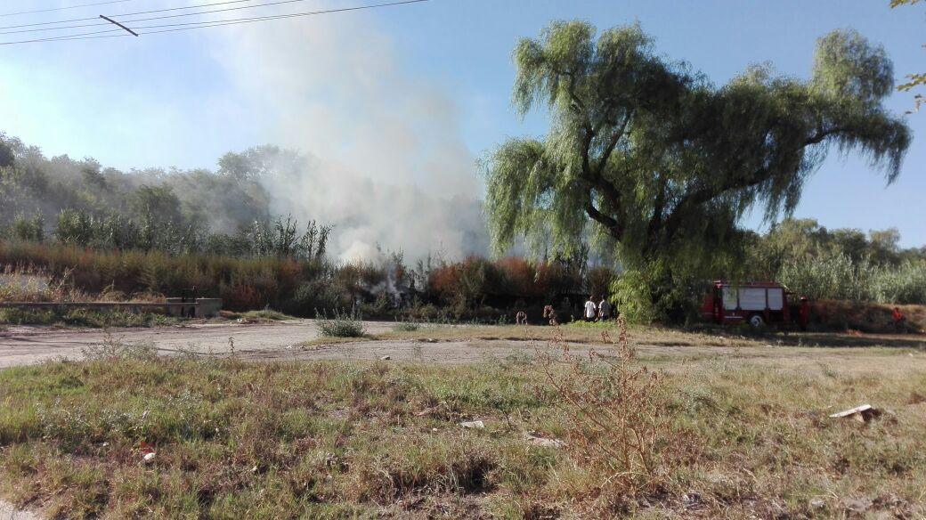 Bomberos sofocaron un incendio en la zona costanera