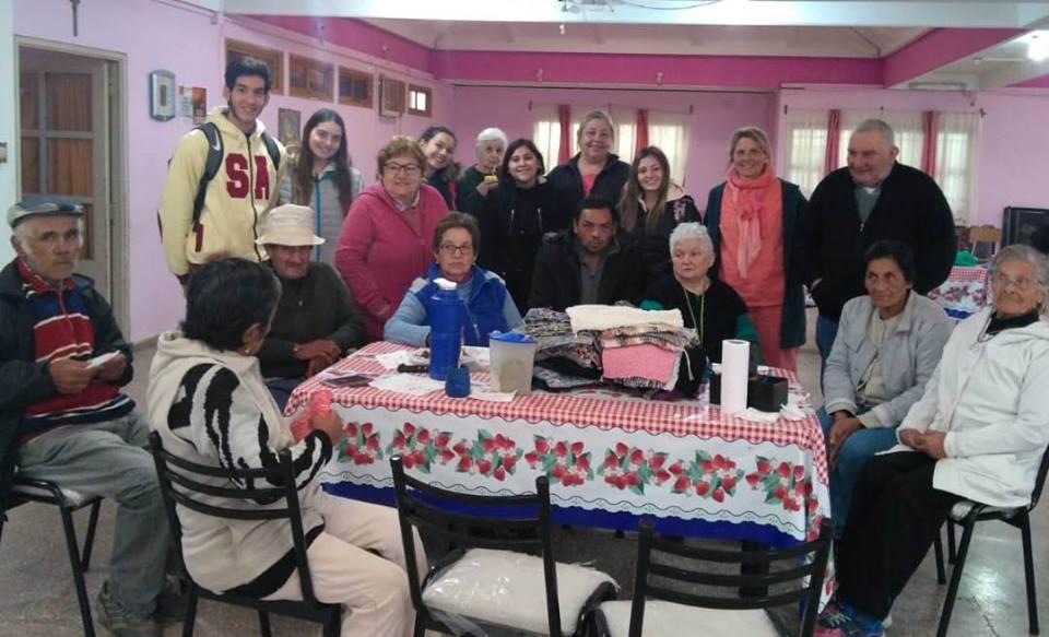 Abuelos del hogar de día se sumaron a tarea solidaria de alumnos de escuela El Nacional