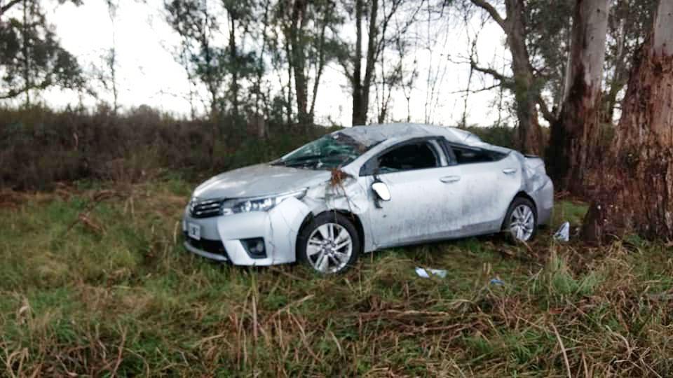 En medio de la lluvia, volcó un automóvil entre Chazón y Ucacha