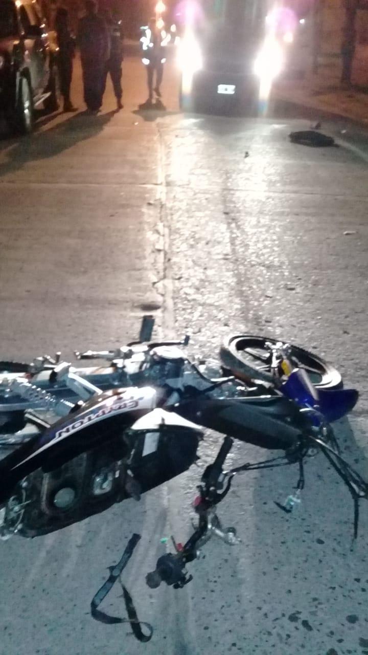 Joven fallece al colisionar en su moto contra un árbol