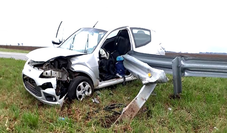 Una embarazada de 8 meses, lesionada al despistarse un auto en cercanías de Alejandro
