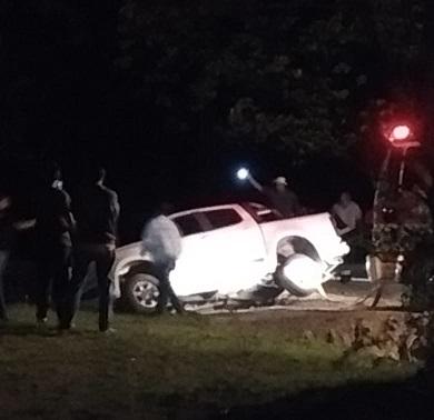 Una camioneta cayó a una zanja al este de la ciudad