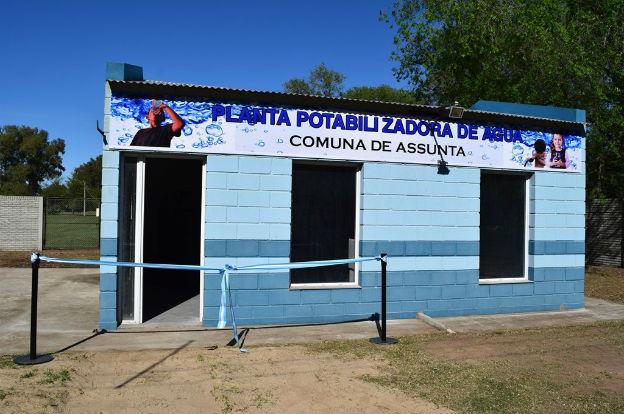 Schiaretti inauguró una planta de agua potable en Assunta