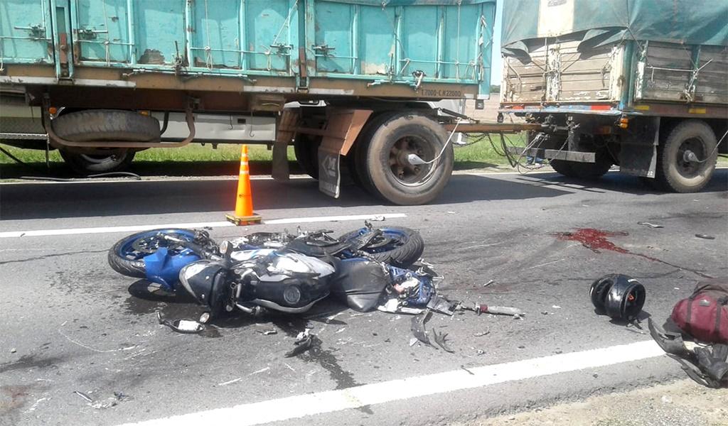 Un motociclista murió al colisionar con un camión
