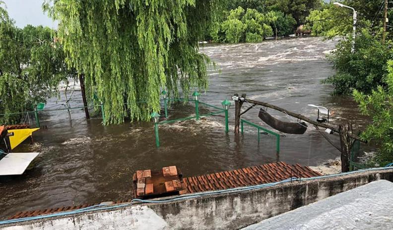Desbordó el río Mina Clavero por las intensas lluvias