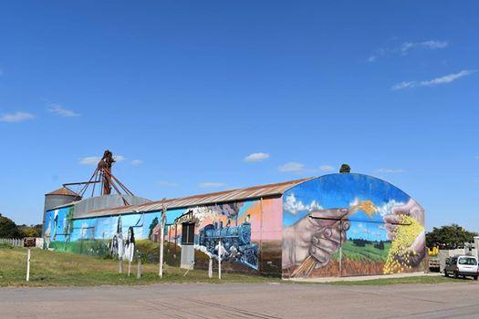 Pintan impactante mural en los antiguos talleres ferroviarios de Alejo Ledesma