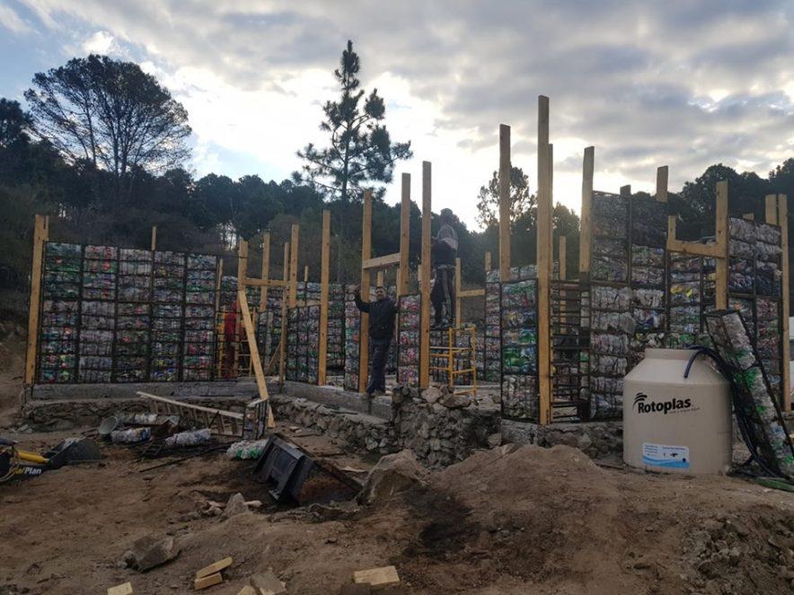 Construyen en San Clemente una vivienda con madera y basura reciclada