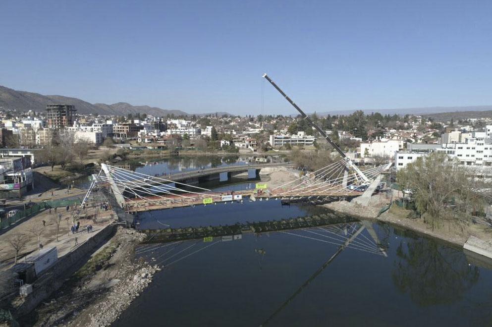 Colocaron el último tramo del nuevo puente peatonal de Villa Carlos Paz