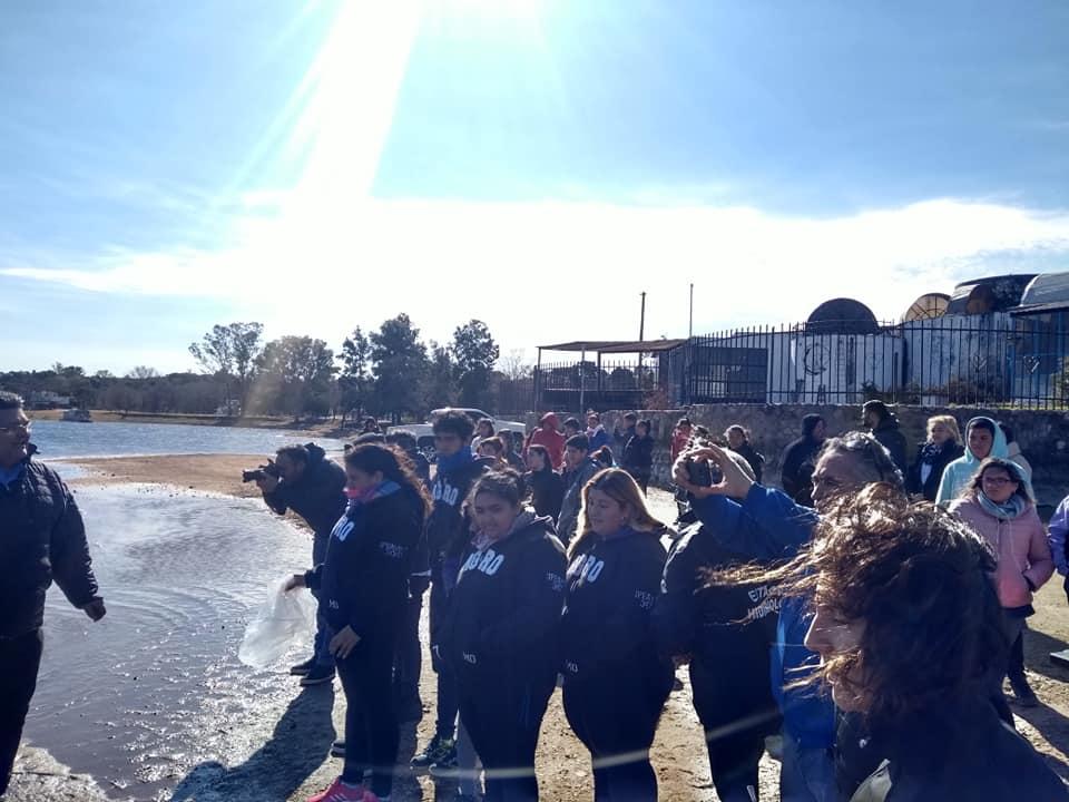 Alumnos sembraron pejerreyes en el lago de Embalse