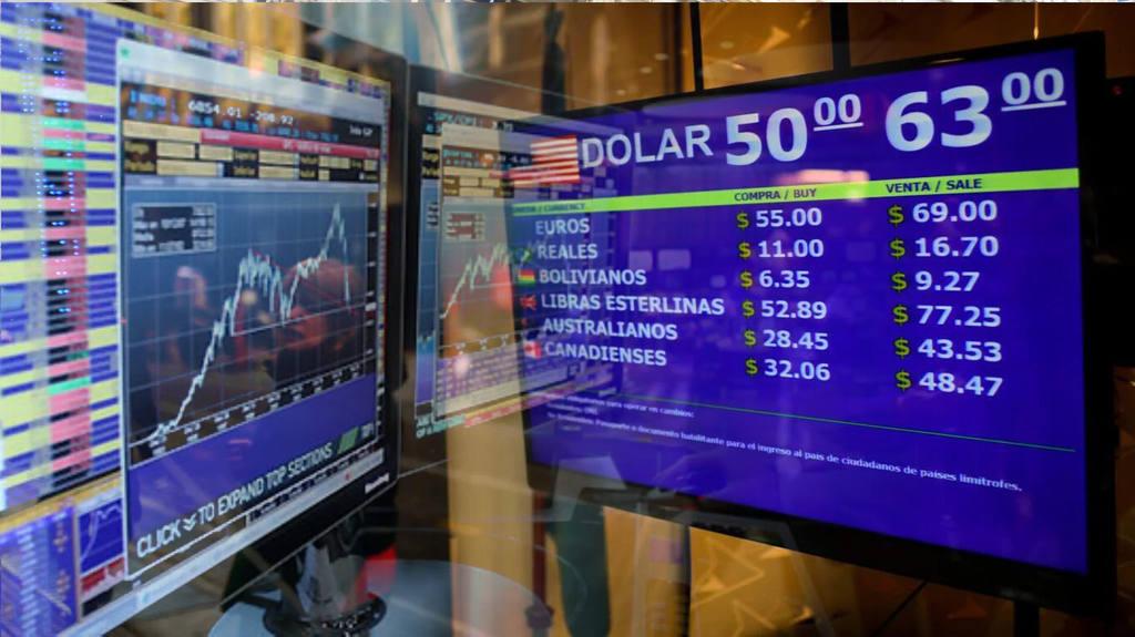 Tras los anuncios de Macri, el dólar saltó $5 y cerró a $63