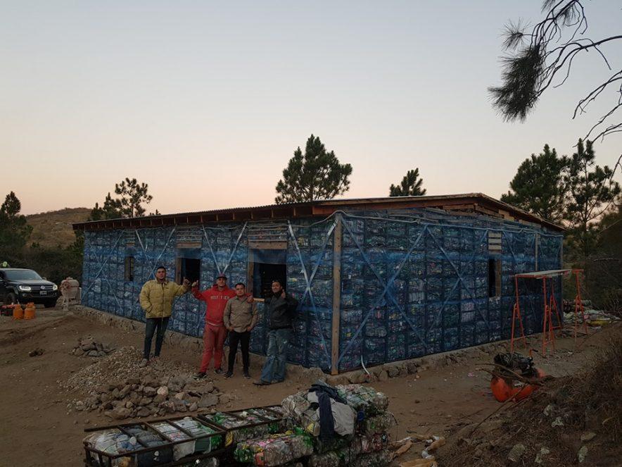 SAN CLEMENTE: concluyeron en sólo un mes la vivienda de residuos plásticos y madera