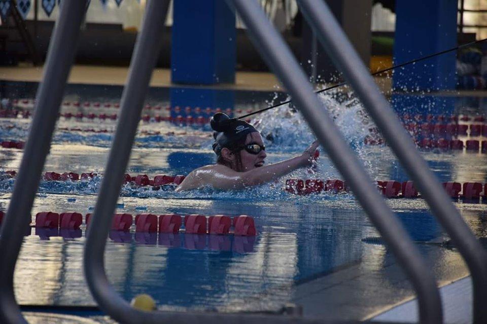 Camila Ludueña ganó medalla de oro en natación en los juegos nacionales Evita