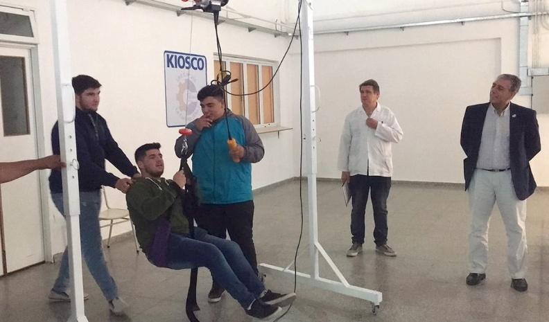 Estudiantes del ENET fabricaron grúa para traslado de pacientes