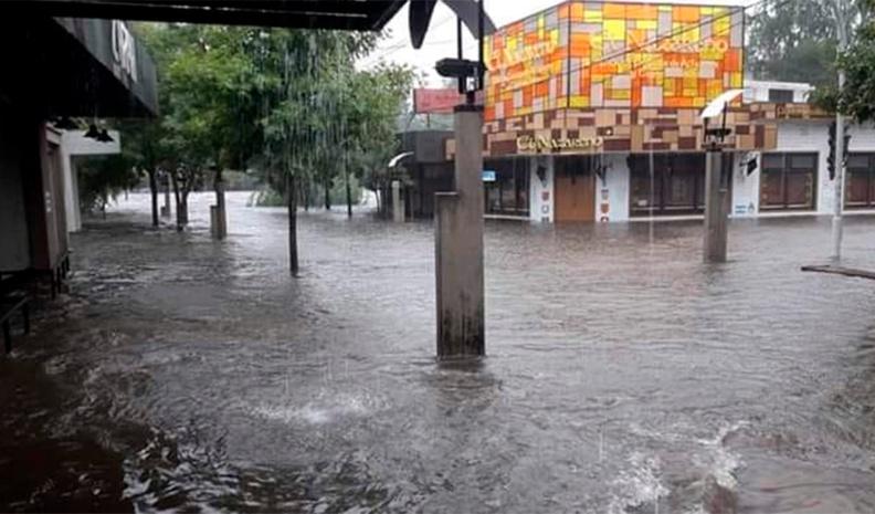 Mina Clavero: vecinos evacuados por la gran crecida del río