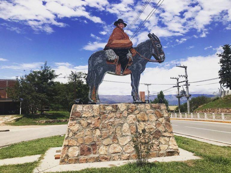 Pusieron en valor la estatua del santo argentino en el acceso a Villa Cura Brochero