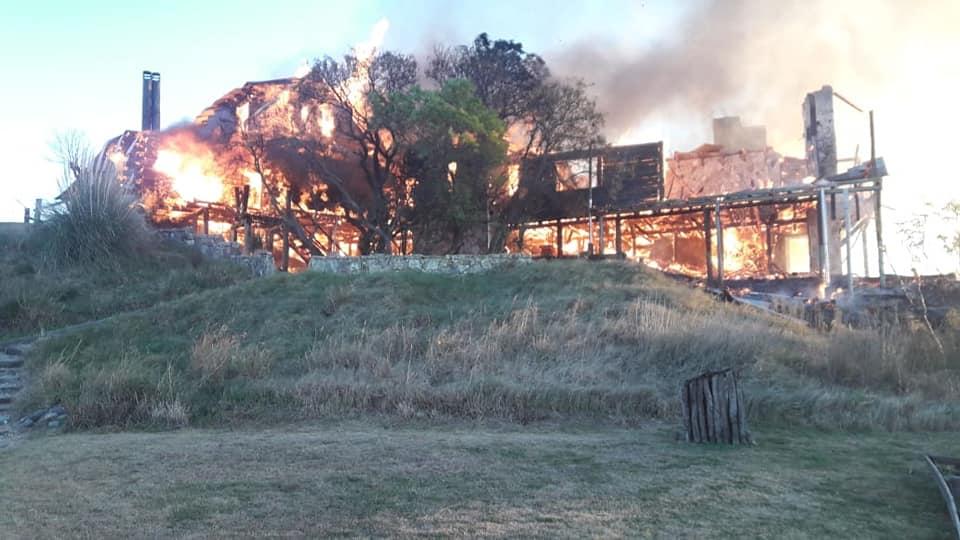 Voraz incendio en el casco de una estancia cerca de Los Cisnes: hubo pérdidas totales