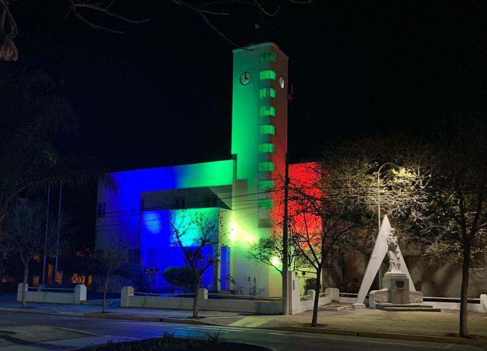 LA CARLOTA: el Palacio Municipal se ilumina de varios colores para recordar el día de la Diversidad Sexual