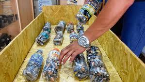 AUSONIA: confeccionan ecoladrillos con botellas plásticas, pilas y arena