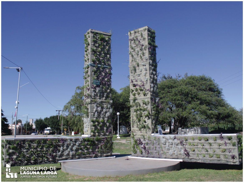 En el acceso a la autopista de Laguna Larga instalaron jardines verticales