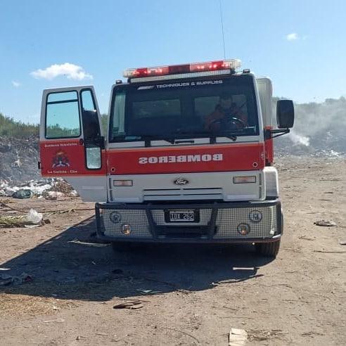 Bomberos Voluntarios de La Carlota controlaron incendios en el basural local y en zona rural