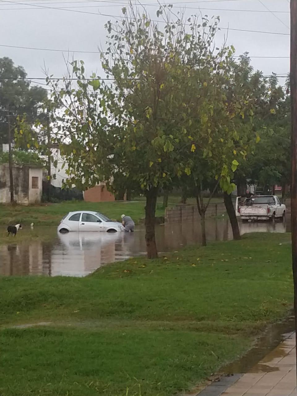 La Carlota: Calles anegadas, quejas y hasta un auto varado en una esquina por las intensas lluvias