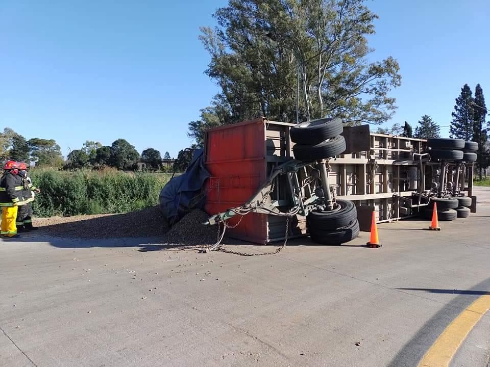 La Carlota: Un camión volcó su acoplado en la rotonda sur