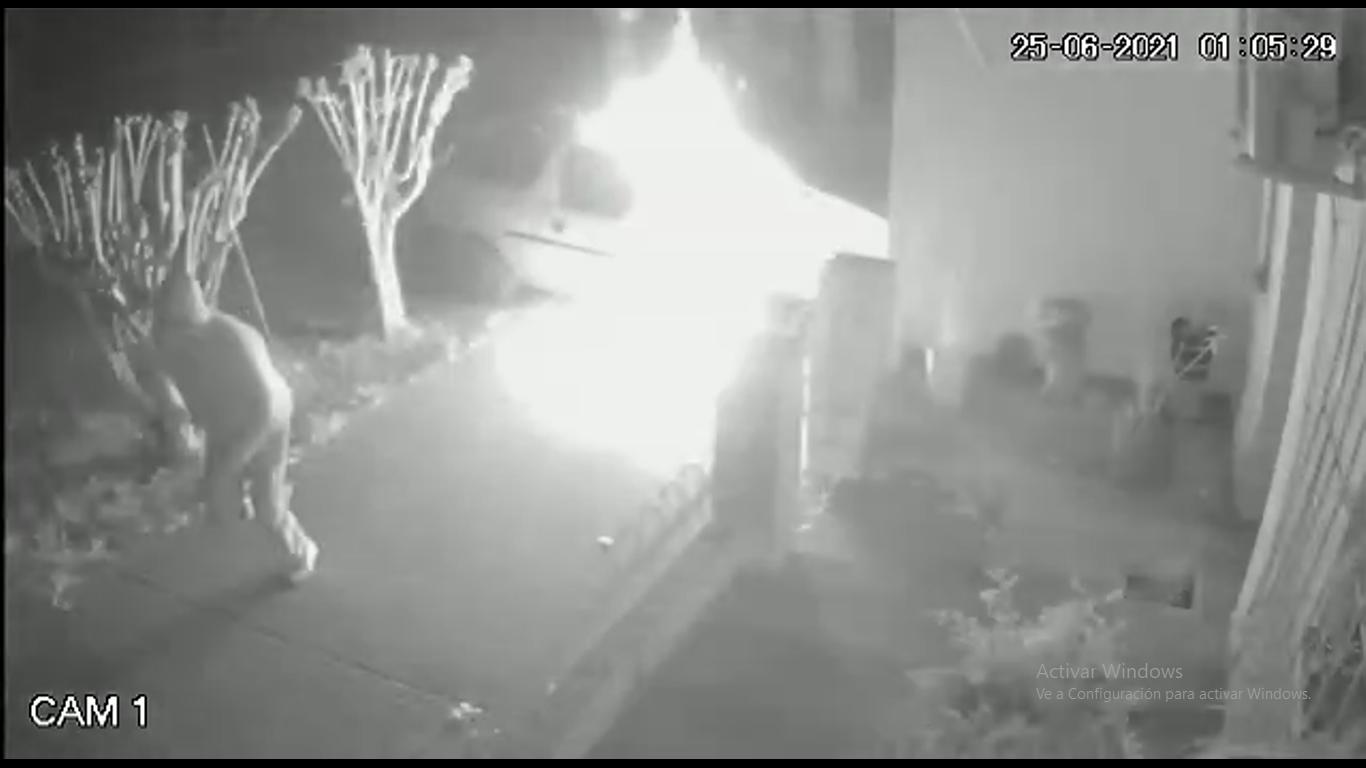 Canals: Incendian un utilitario que se encontraba estacionado frente a una vivienda