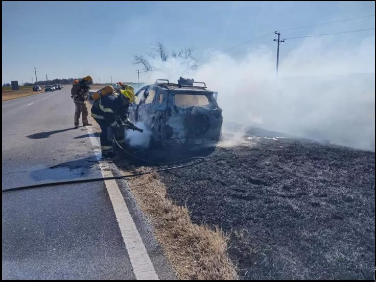 Se incendió un automóvil sobre Ruta 8, entre Los Cisnes y Alejandro Roca
